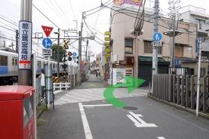 (駅を背に左)に進み、すぐに右