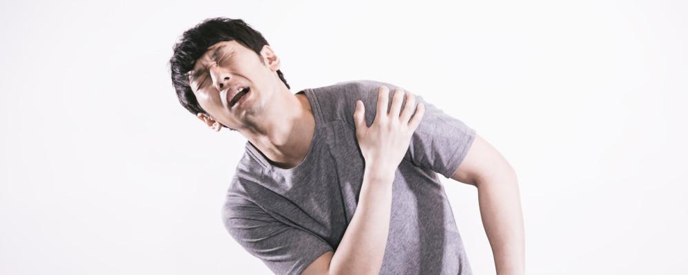 肩が痛む男性
